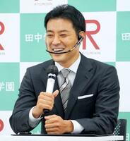 札幌市内で記者会見する田中賢介氏=24日午後
