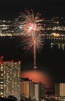 琵琶湖上の夜空に大輪を咲かせた打ち上げ花火(1日午後8時、大津市錦織町)