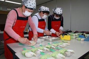 手作りのおにぎりを詰める「きりっ子食堂」のスタッフら(近江八幡市土田町・市総合福祉センターひまわり館)