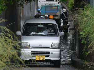 雨によって冠水し、復旧作業が行われる道路(2021年5月21日午前10時55分、滋賀県草津市西渋川2丁目)
