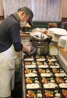介護施設に届ける弁当をつくった山田さん(京都市中京区西ノ京、ヴェール・プレ)