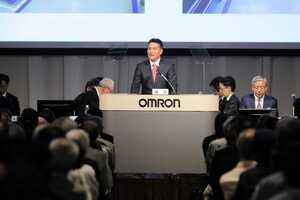 株主総会で事業について報告するオムロンの山田社長(下京区・ホテルグランヴィア京都)=同社提供