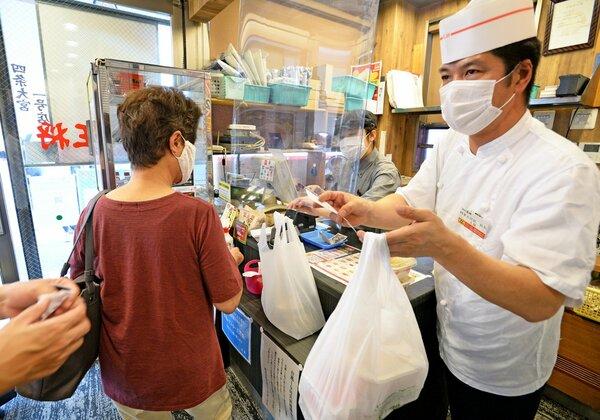 テイクアウトの客がひっきりなしに訪れる店頭(30日午前11時39分、京都市中京区・餃子の王将「四条大宮店」)