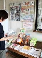 認知症に関する情報冊子を並べた展示ブース(京都府向日市上植野町・府乙訓総合庁舎)