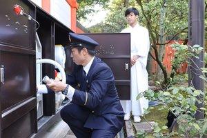 消火用ホースを点検する消防署員と神社職員(京都市左京区・下鴨神社)