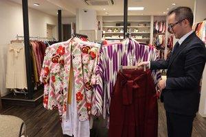 はかまや着物が並ぶワタベウェディングのアニバーサリーサロン(京都市上京区)