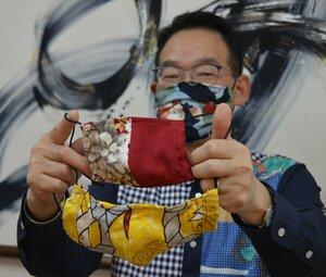 友禅染のシルク生地を使ったマスク(京都市右京区・亀田富染工場)