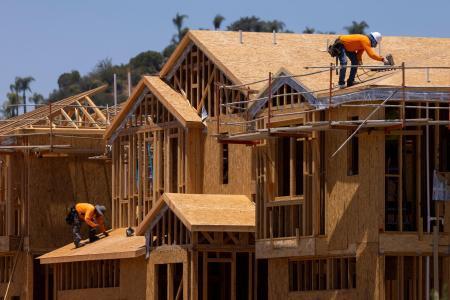 米カリフォルニア州バレーセンターで建設中の一戸建て住宅=3日(ロイター=共同)