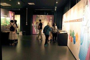 再開した京都大河ドラマ館で、展示を見る来館者ら(京都府亀岡市追分町)