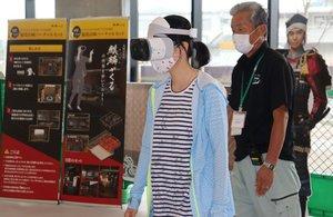 ゴーグルを装着し、VRで大河ドラマの世界を体験する女性(亀岡市追分町・サンガスタジアム京セラ)