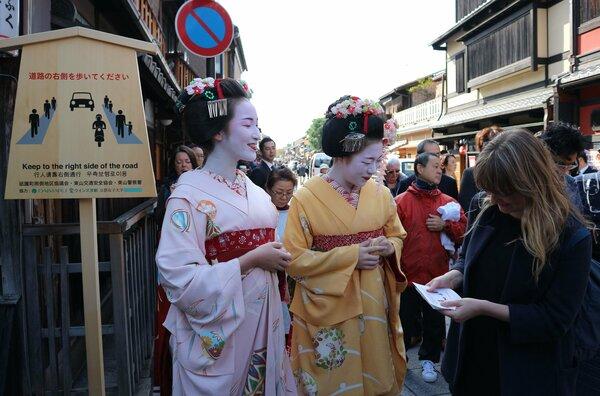 【資料写真】祇園で交通マナーのPR活動をする舞妓ら(2017年撮影、京都市東山区)