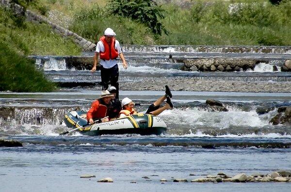 猛暑の中、川下りを楽しむ市民(2021年8月4日午前11時半ごろ、京都市上京区・鴨川の荒神橋上流)
