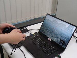 ハプティクス技術を搭載したゲーム機。車両を走行すると振動などの感触を疑似体験できる(東京都渋谷区・村田製作所東京支社)