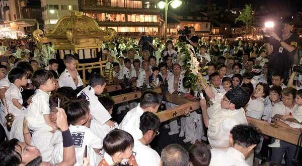 鴨川の水で神輿を清めた「神輿洗い」の神事(10日午後8時13分、京都市・四条大橋)