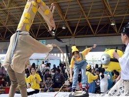 地場産の麻糸を使ったひもを引き合う参加者ら(滋賀県愛荘町蚊野)