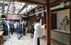 鉾に見立てたサカキをまつって行われた綾傘鉾の吉符入り神事(1日午前9時35分、京都市下京区・大原神社)