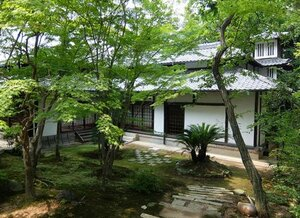 正覚庵の本堂などとして活用されている白洲屋敷の外観。右端に楼閣がある(京都市東山区)