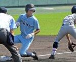 近江-立命館守山 1回裏近江の先頭打者の土田が左越え三塁打を放ちベースにすべり込む(皇子山)