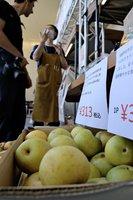 天候の影響で規格外品となった京丹後市産の梨などが並ぶ出店(京都市下京区・グッドネイチャーステーション)