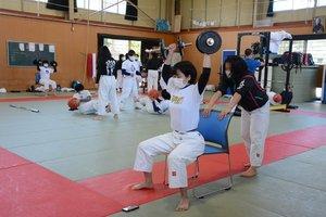 マスクをして筋力トレーニングに励む乙訓高の柔道部員(長岡京市・乙訓高)