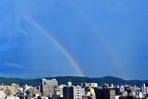 京都市中京区から見られた二重の虹(31日午後5時すぎ)