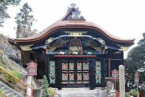 修理工事が完了した竹生島の宝厳寺唐門(長浜市早崎町)=同市提供