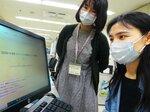 多言語による新型コロナウイルスの生活情報をまとめた趙さん(右)=京都市左京区・京都市国際交流協会