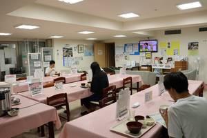 食堂で夕食をとる湖国寮の学生たち(東京都武蔵野市)