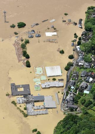 豪雨で球磨川が氾濫し、浸水した特別養護老人ホーム「千寿園」(手前)=4日午前11時44分、熊本県球磨村(共同通信社ヘリから)