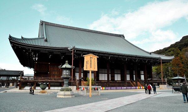 26日から拝観を停止した知恩院。写真は修復を終えた御影堂(京都市東山区)