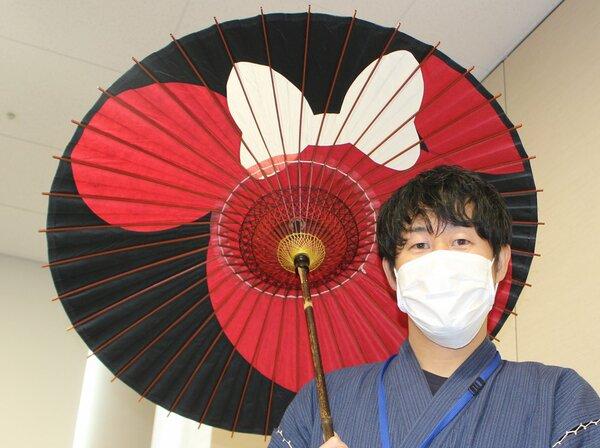 伝統模様をミニーマウスの顔の形にアレンジした和傘(京都市下京区・京都経済センター)