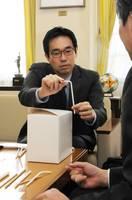 自社の紙ストロー製品について話す遠藤社長(向日市役所)