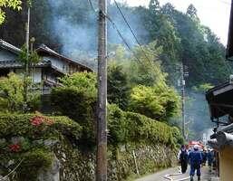 白煙を上げる火災現場付近(16日午後2時45分、京都市左京区大原)