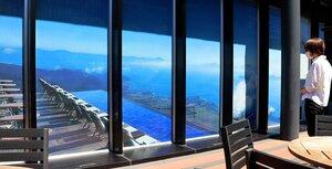 ガラス一面に張りつけられた「びわ湖テラス」からの風景画像フィルム(東京都中央区・ここ滋賀)