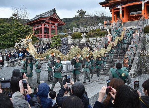 ほら貝の音に導かれて境内を練り歩く竜(14日午後2時36分、京都市東山区・清水寺)