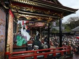 晴天の下、多くの観客でにぎわった子ども歌舞伎奉納(滋賀県長浜市・長浜八幡宮)