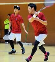 男子リーグ戦でプレーするワタキューセイモアの北野(左)、足立組