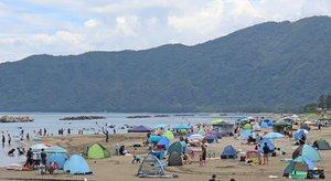 福井県や舞鶴市などの海水浴場が開設を見送った影響もあり、多くの人でにぎわう丹後由良海水浴場(2020年8月12日、京都府宮津市由良)