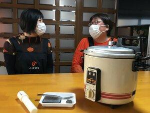 試作に使った調理器具を前に、当時を振り返る水野さん(左)と小川さん