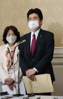 野党でまとめた法案を衆院に提出後、会見する山井氏(5月、国会内)