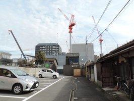 ホテル建設のクレーンが林立する京都市南区の東九条地域。JR京都駅に近いことから宿泊施設の進出が相次いでいる