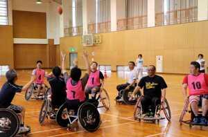 ホイールチェアフットボールを楽しむ参加者たち(京都府京丹後市網野町・網野町体育センター)