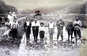 アルバムに収められていた家族写真。右から3人目の袖なしシャツ、半ズボン姿の少年が保さん
