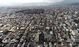 マンションやビルが立ち並ぶ京都市街地。三方の山並みを意識し、ほぼ全域で建物の高さに厳しい制限をかけている(小型無人機から)