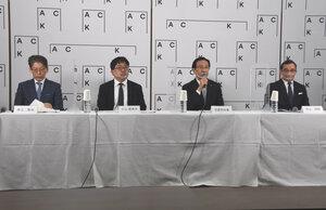 「Art Collaboration Kyoto」のロゴをバックに概要を発表する京都府の西脇知事(右から二人目)や実行委員会のメンバー=京都市上京区・府庁