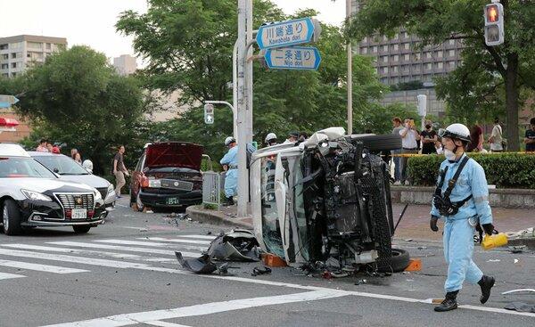 事故で横転した乗用車(21日午後6時58分、京都市左京区・川端通二条交差点)