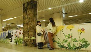 足元の高さから見る世界をイメージした京都女子大生の作品(京都市下京区・五条駅)
