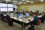 台風14号の接近に備えて開かれた京都府の会議(17日、京都市上京区・府庁)