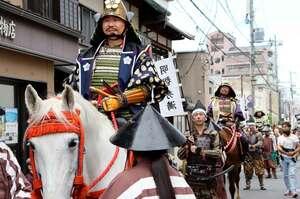 旧亀山城下町を練り歩く武者行列。明智光秀役に注目が集まった(京都府亀岡市北町)
