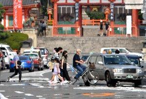 今夏最高気温を記録した京都市。「逃げ水」現象も現れた(5日午後3時13分、京都市東山区)